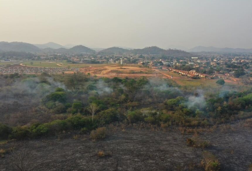 Incêndio já destruiu 200 hectares e aceiro é construído as pressas em Bodoquena. — Foto: Osvaldo Daniel