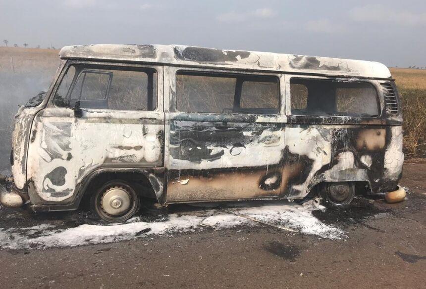 Cinco pessoas estavam no veículo.  Foto: Corpo de Bombeiros/Divulgação