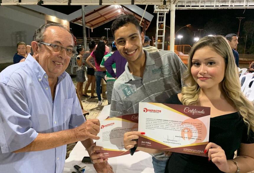 Prefeito Odilson Soares entrega certificados aos participantes. Foto: Jabuty