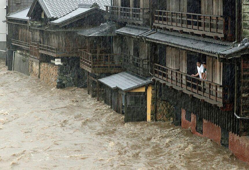 Inundação do Rio Isuzu em Ise, no centro do Japão  Foto: Kyodo / via AP Photo
