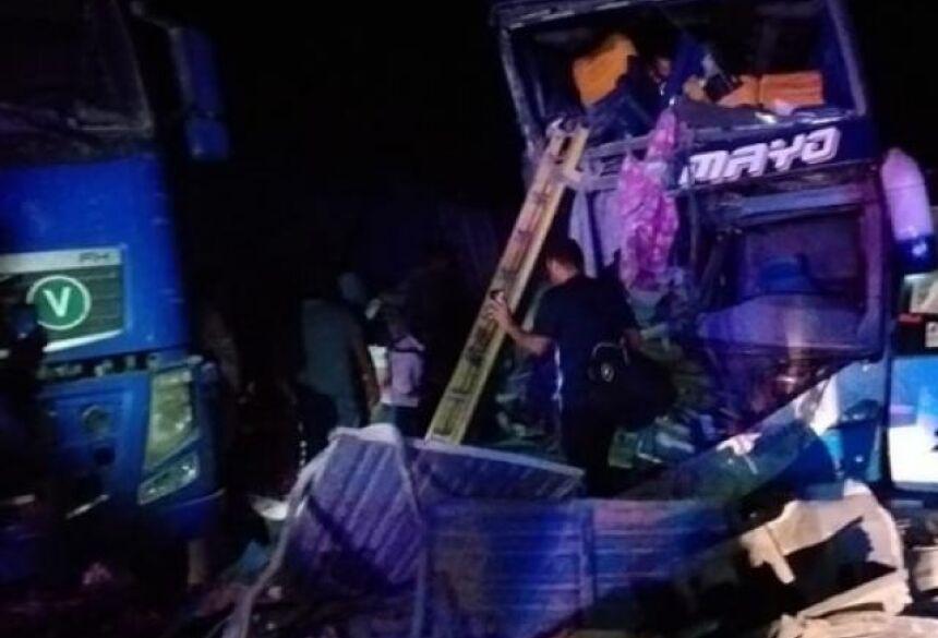Destroços no local do acidente envolvendo ônibus de viagem e caminhão (Foto: Reprodução/Clave 300/Diário Corumbaense)