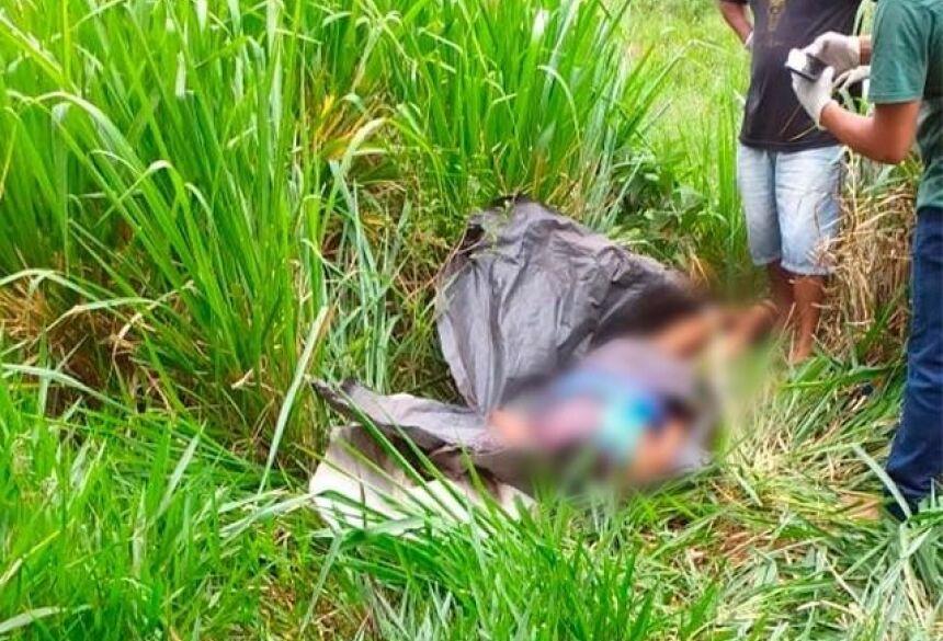 Corpo foi encontrado enrolado em uma lona, em matagal próximo do local do crime (Foto/Divulgação)