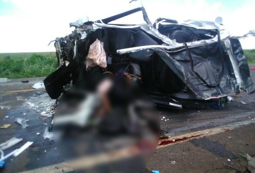 Veículo de passeio ficou completamente destruído com o acidente - Foto: Foto: WhatsApp / Correio do Estado