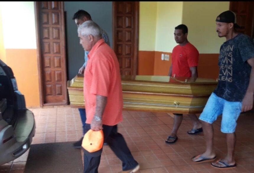 Corpo sendo carregado por familiares até carro funerário ( Fotos Olimar Gamarra)
