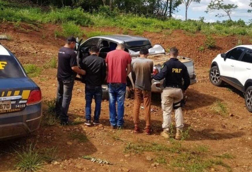 Caminhonete foi encontrada na Estrada da Uva, em região conhecida como Pedreira (Foto: Divulgação)