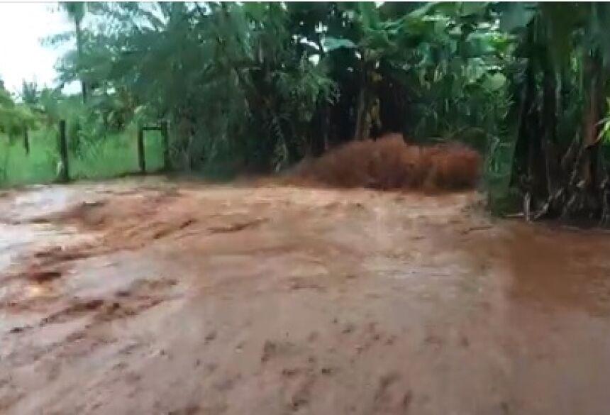 GRAVE: chuva forte alaga casas e deixa moradores em risco em MS