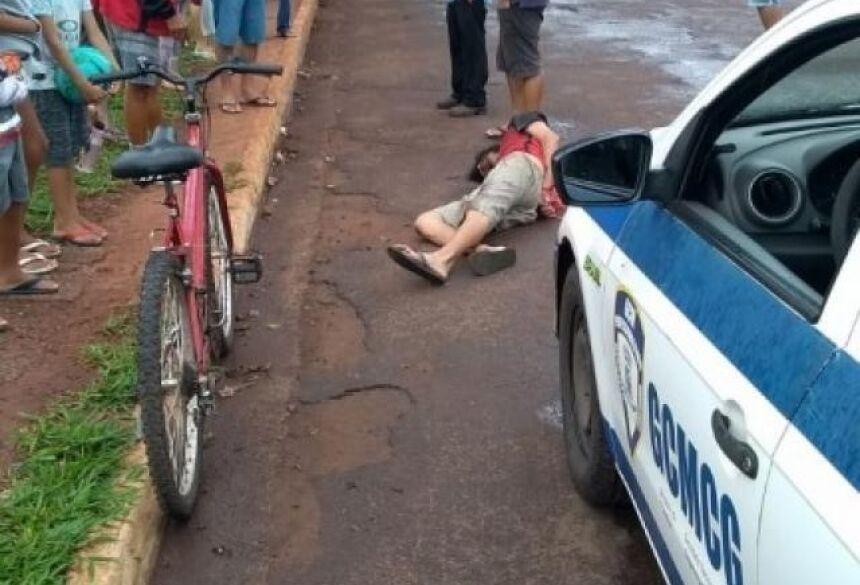 Homem foi detido por moradores e levado para a delegacia pela Guarda Municipal (Foto: Direto das Ruas)