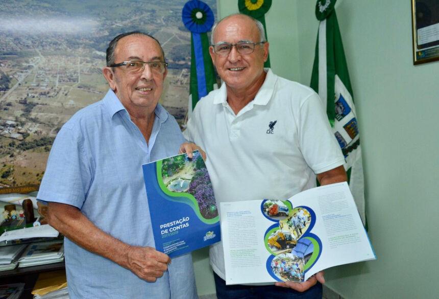 Prefeito Odilson e secretário Vidaneis apresentam a revista Prestação de Contas. Foto: Jabuty