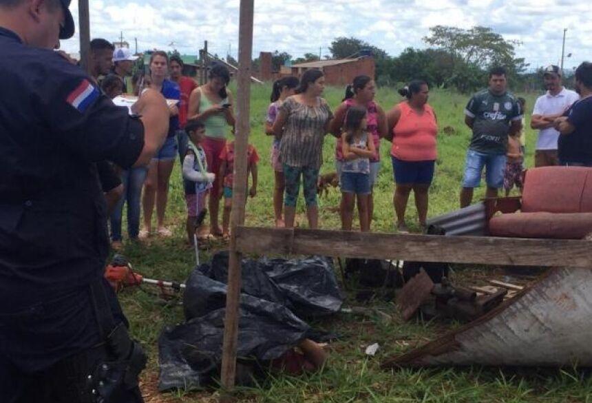 Moradores e autoridades no local onde corpo da vítima foi encontrado após queda de raio (Foto: Porã News)