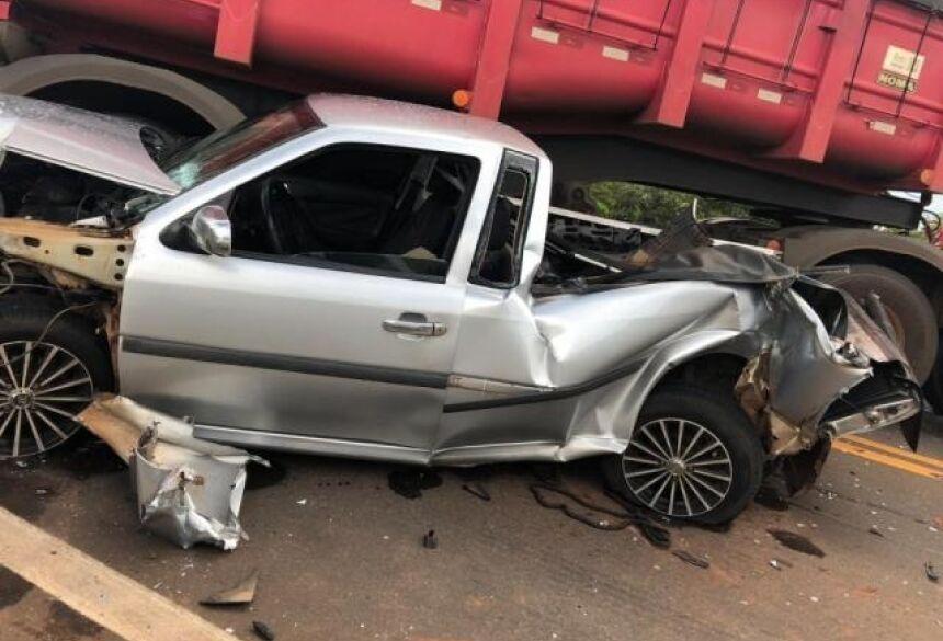 Saveiro rodou na pista e atingiu um terceiro veículo (Foto: Direto das Ruas)