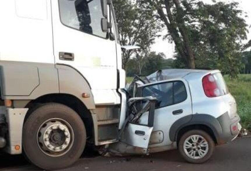 Veículo Fiat Uno em que as vítimas estavam ficou destruído. (Foto: A Voz das Cidades)