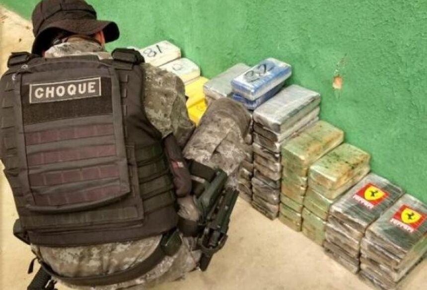 No total, foram apreendidos 122 tabletes de cocaína (Foto: divulgação/Batalhão de Choque)