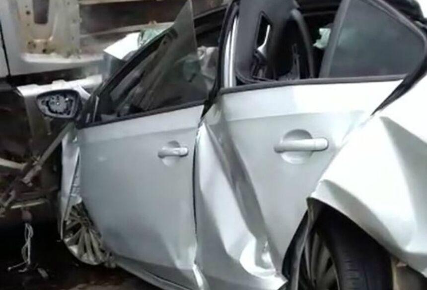 Carro ficou completamente destruído ao colidir de frente com carreta na rodovia MS-306 na tarde desta quinta-feira (9) — Foto: Fernando de Brito