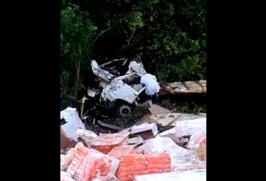 Caminhão carregado com mortadela cai na Serra de Maracaju