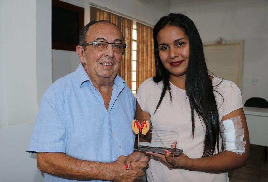 Prefeito Odilson recebeu uma placa comemorativa. Foto: Jabuty