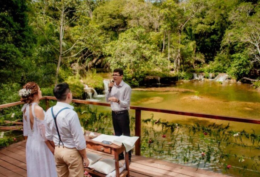 Casamento foi na beira do Rio Formoso, em Bonito. (Foto: Renato Zaar)
