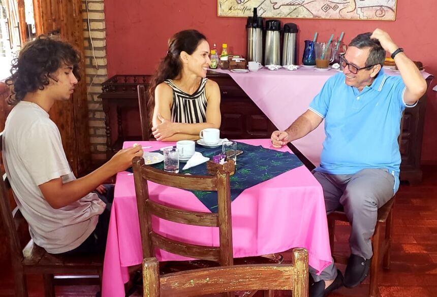Ingra  e seu filho Guilherme  com o jornalista na pré pauta de Prosa & Segredos com BM