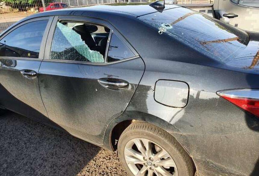 Diversos tiros acertaram o carro - Crédito: Reprodução Facebook