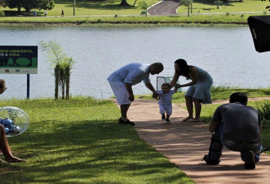 Antônio com os pais Adelino e Natália, sob o olhar atento das avós Mara e Sueli durante sessão de fotos
