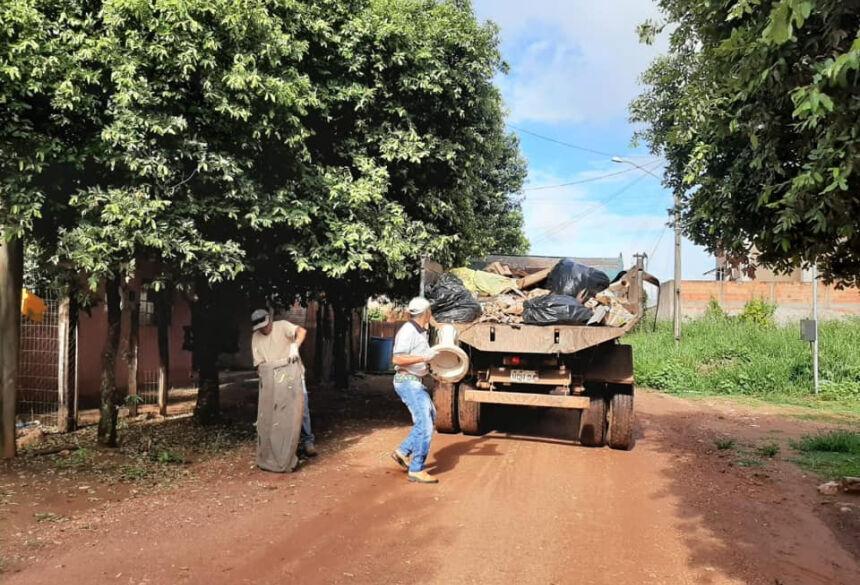 Foram recolhidos móveis, sofás, colchões, geladeiras, máquinas de lavar e outros objetos. Foto extraída do facebook