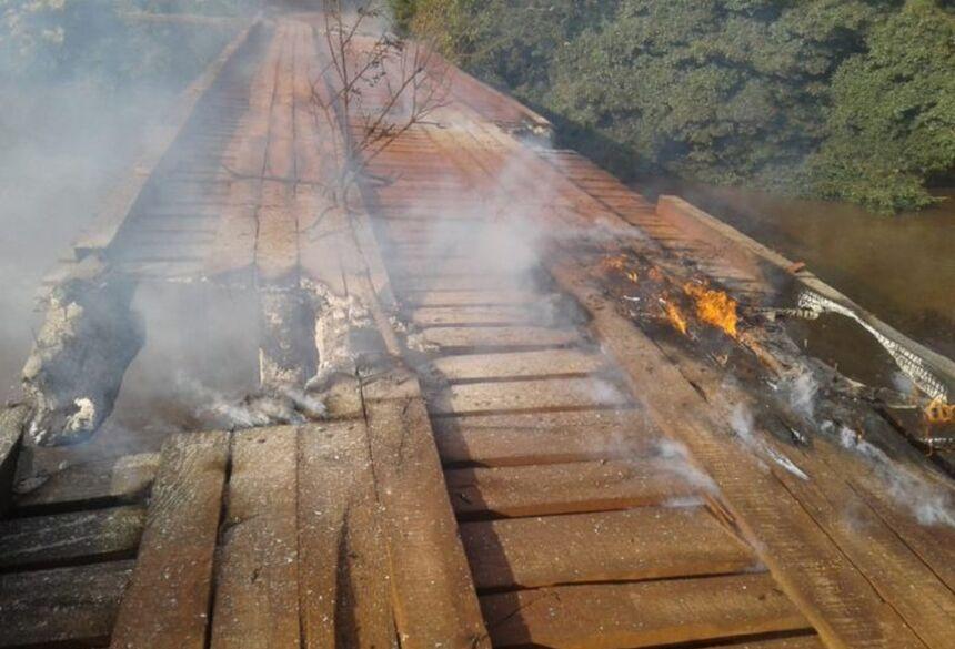 Ponte que fica na divisa de Nova Alvorada do Sul a Campo Grande é incendiada. — Foto: Alvorada Informa
