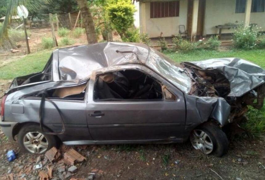 Veículo ficou destruído com o impacto da capotagem. Portal Angélica