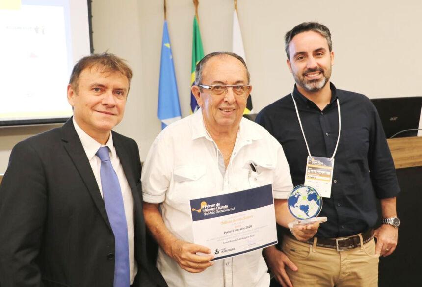 Diretor da RCD, jornalista e professor José Marinho; prefeito Odilson e Paulo Fernando, diretor-presidente da Agetec. Foto: Jabuty