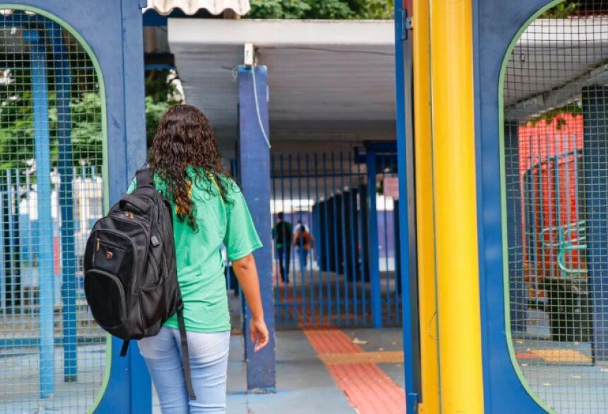 Aluna chegando à escola estadual Joaquim Murtinho no Centro de Campo Grande. (Foto: Henrique Kawaminami) -