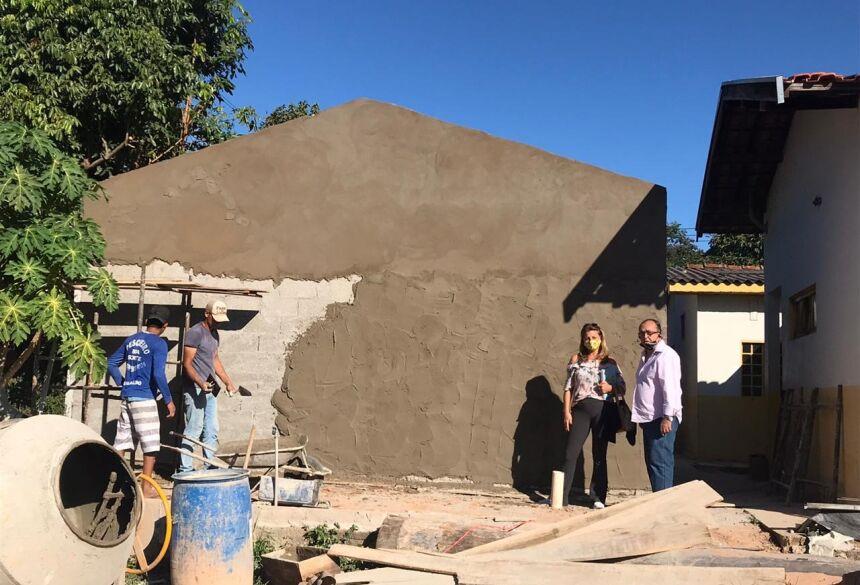 Secretária e prefeito Odilson vistoriam obras realizadas na escola. Foto: Jabuty