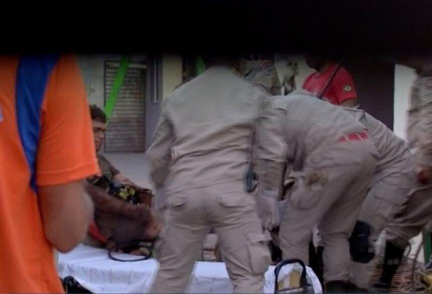Resgate de pedreiro soterrado em Campo Grande (MS) — Foto: TV Morena/Reprodução