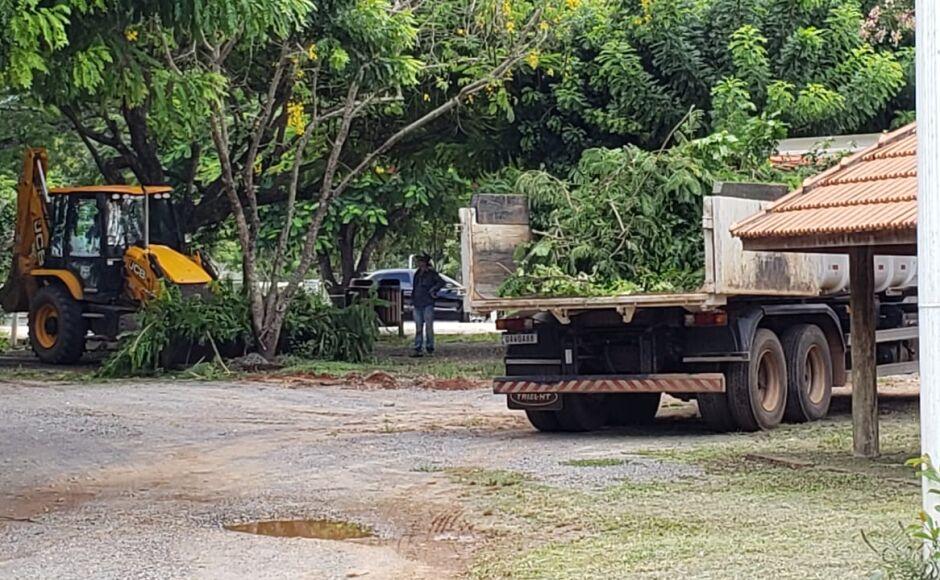 COLOCANDO A MÃO NA MASSA: Prefeito participa de mutirão de limpeza no Balneário Municipal de Bonito