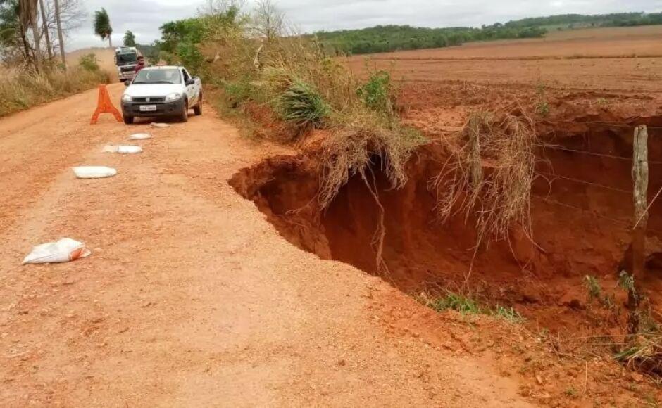Trabalhos são acompanhados de perto em fechamento de cratera em estrada vicinal em Bonito