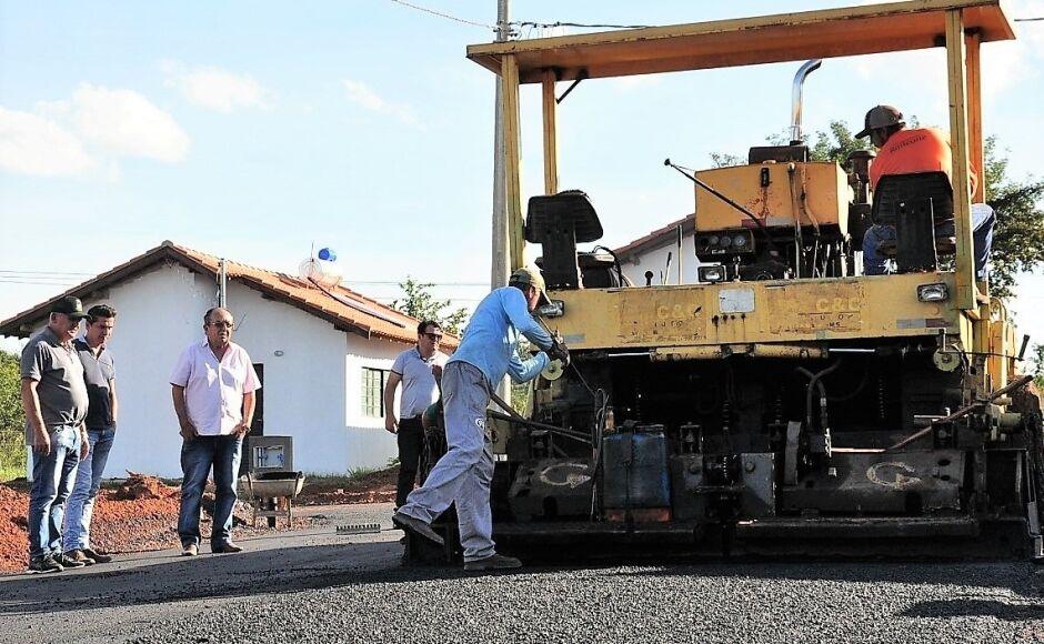 Acabou a poeria: Ruas do conjunto Rio Bonito I já estão sendo asfaltadas em Bonito (MS)