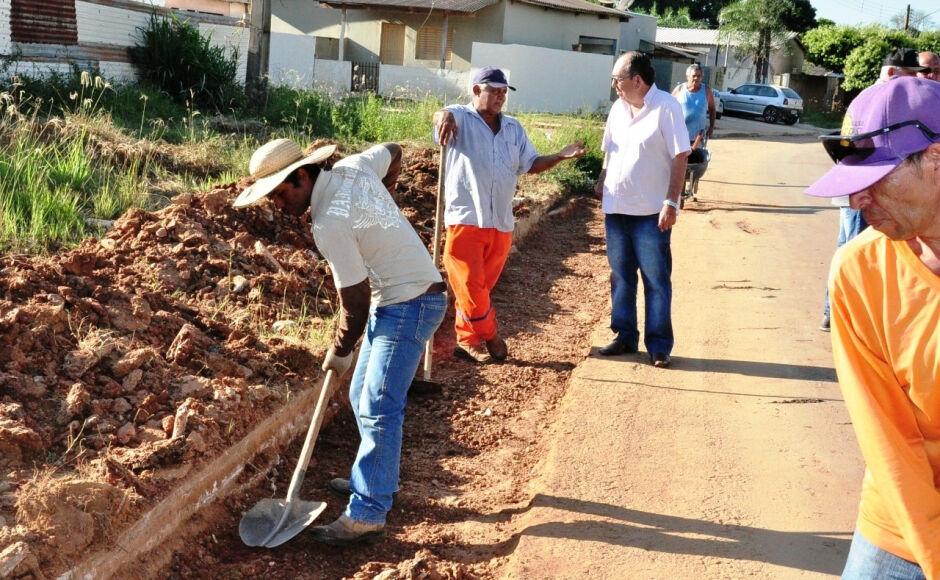 Obras constrói novas sarjetas para escoamento de água das chuvas em Bonito (MS)