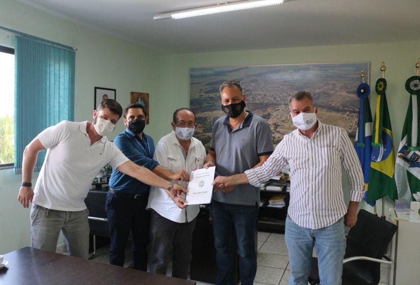 (Encontro de representantes da Atratur com o prefeito de Bonito durante a entrega do protocolo de biossegurança.