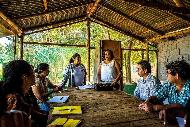 A alfabetizadora Janete Correa e a presidente do Ipedi, Denise Silva: projeto respeita as peculiaridades dos pescadores, para otimizar o aprendizado.