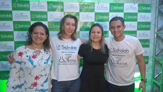 Os empresários Fernando Terra e Raquel Berwig com a empresária Jaqueline e a secretária de Desenvolvimento Econômico e Turismo de Sidrolândia, Elaine Brito.